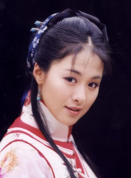 她21歲出道憑一顆痣走紅 曾因耍大牌被打耳光 現嫁給乾隆後裔