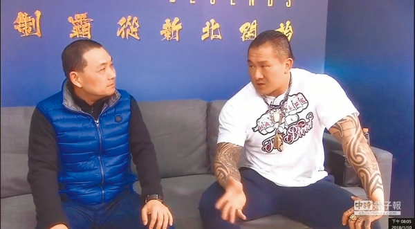 知名健身教練「館長」陳之漢(右),過去在臉書粉絲專頁直播時,曾大方表態支持侯友宜(左)擔任新北市長。