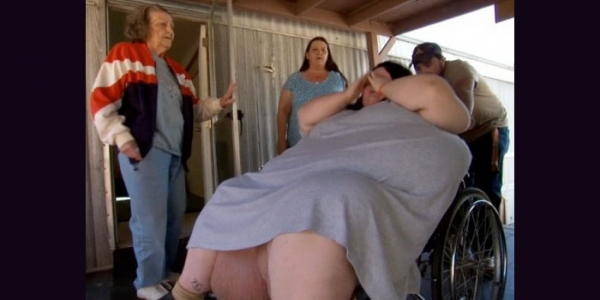 澳洲600斤重肥妹臨盆時,抬不動!要出動救傷車!她生下的孩子真的太可怕了!看到他的孩子後,我立刻掉破眼鏡!