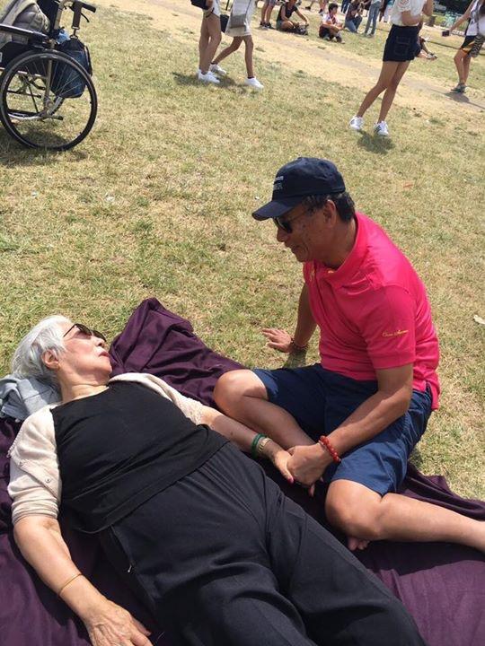 郭董和郭媽媽母子感情非常好,在郭媽媽曬太陽時,兩人還十指緊扣。